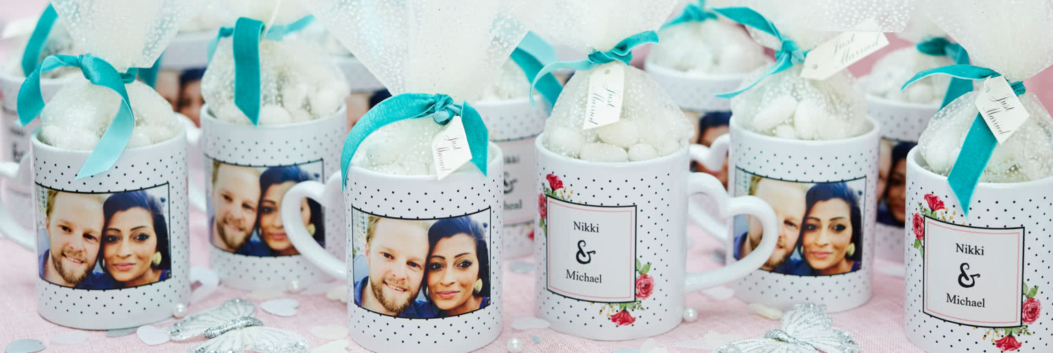 Love mugs with a couple containing wedding almonds