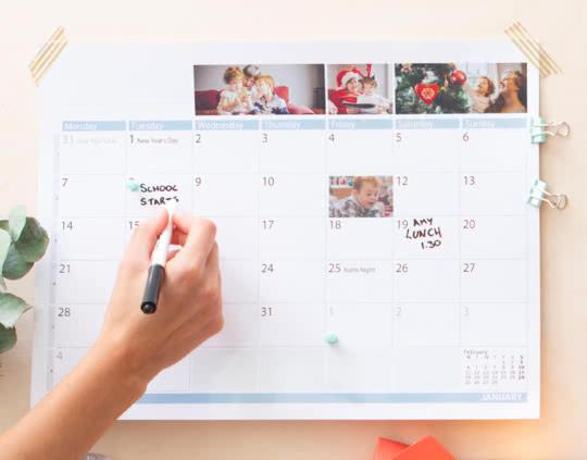 En lamineret familiekalender med en spritpen