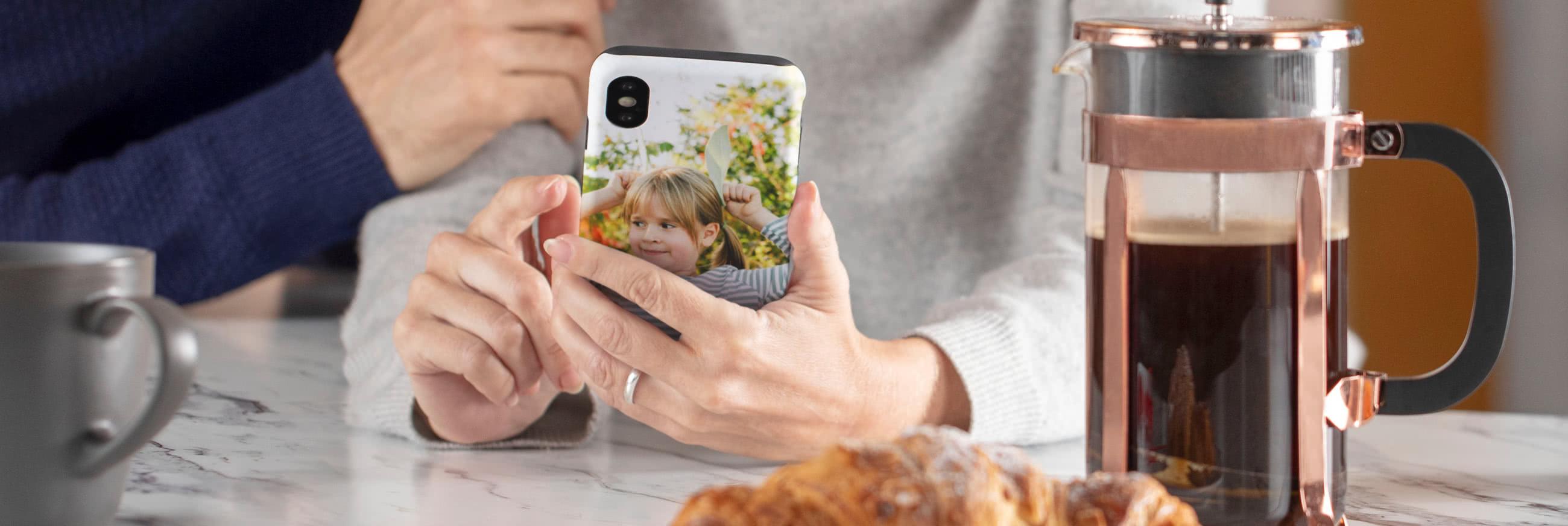 iPhone-skal med ett foto av en mormor och hennes barnbarn